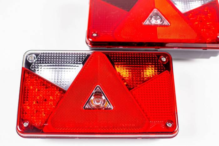 SET: Lămpi spate pentru remorci LED Aspöck Multipoint V și cablaj instalacție electrică pentru remorci și platforme auto de 7 metri - cu 5 Pini la stopuri, iar 7 la mufă.